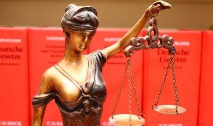 Justitia - deutsche Gesetze; © recht_schoen / Fotolia.com