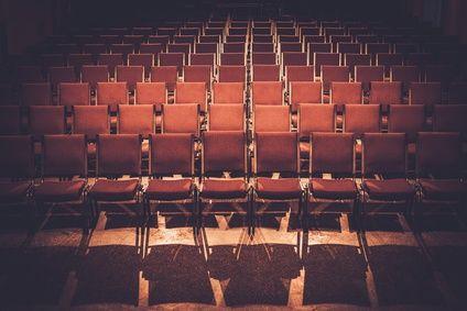 Leere Stuhlreihen eines Konzert-Saales