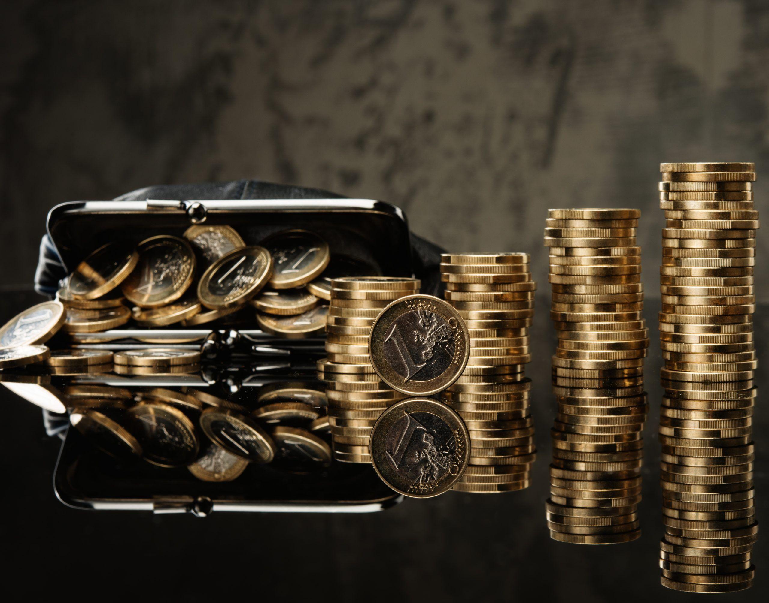 Geld gestapelt in Form von 1 Euro Münzen