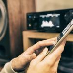 Auf einem Smartphone werden Inhalte gestreamt